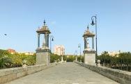 Un puente cruzando el Rio Turia